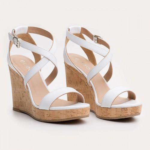 Białe sandały na korkowej koturnie