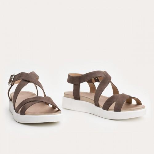 Brązowe sandały na białym spodzie