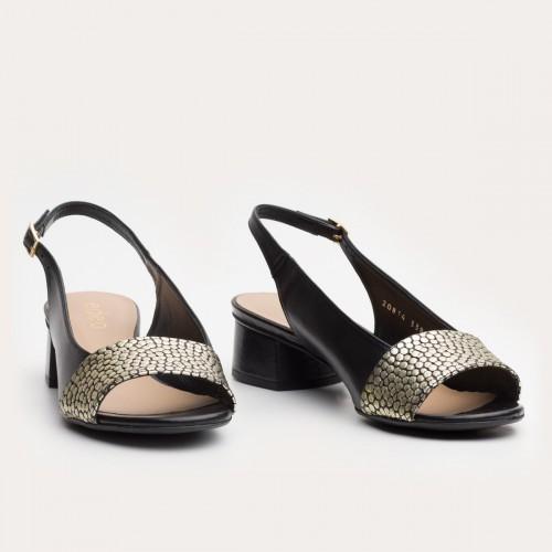 Czarny sandał z odkrytymi palcami