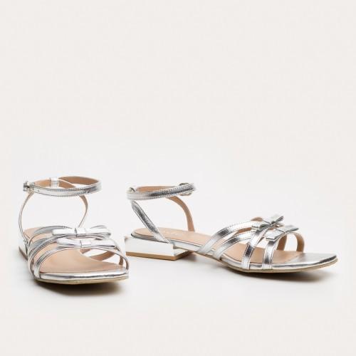 Srebrne sandały z kokardkami