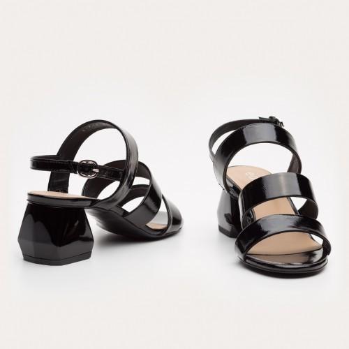 Czarne lakierowane sandały na klocku