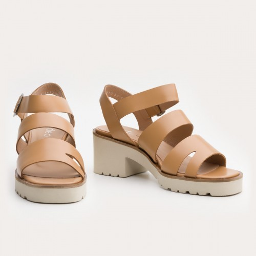 Beżowe sandały na grubym spodzie