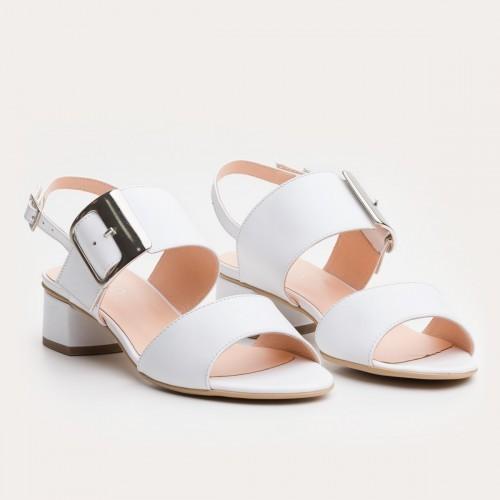 Białe sandały z klamerką
