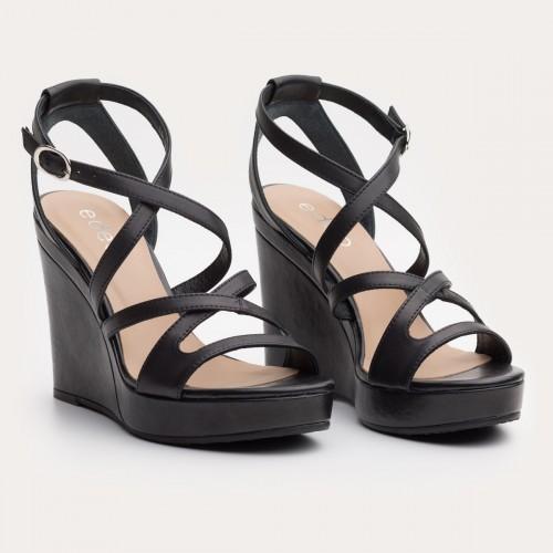 Czarne sandały na wysokiej koturnie