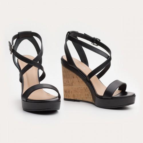 Czarne sandały na korkowej koturnie