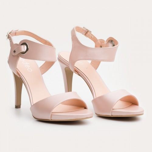 Pudrowe sandały na szpilce