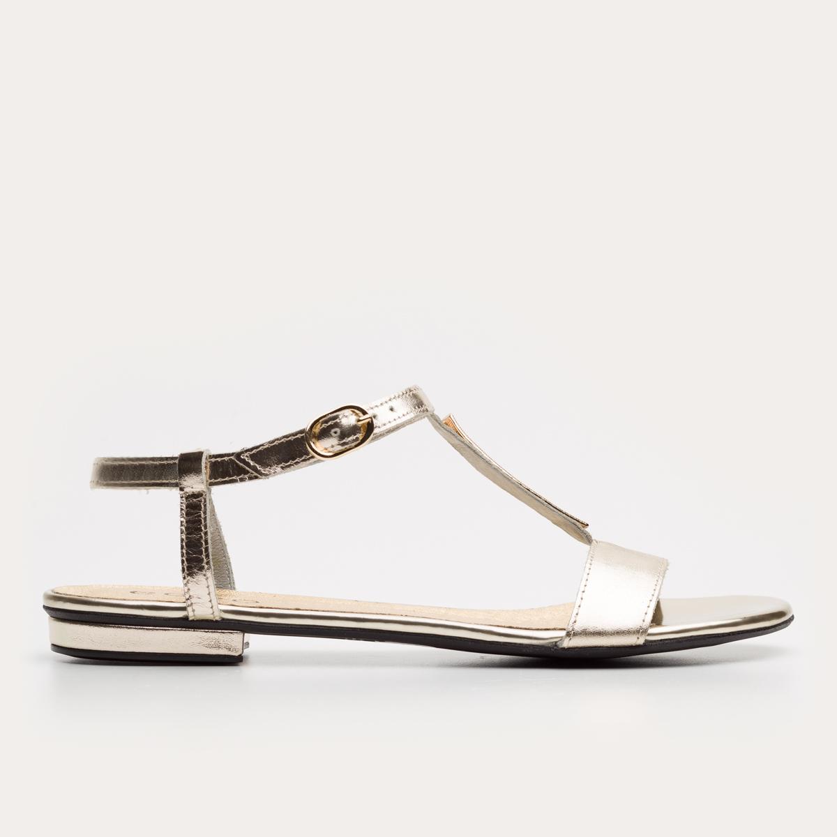Złoty sandał z ozdobą