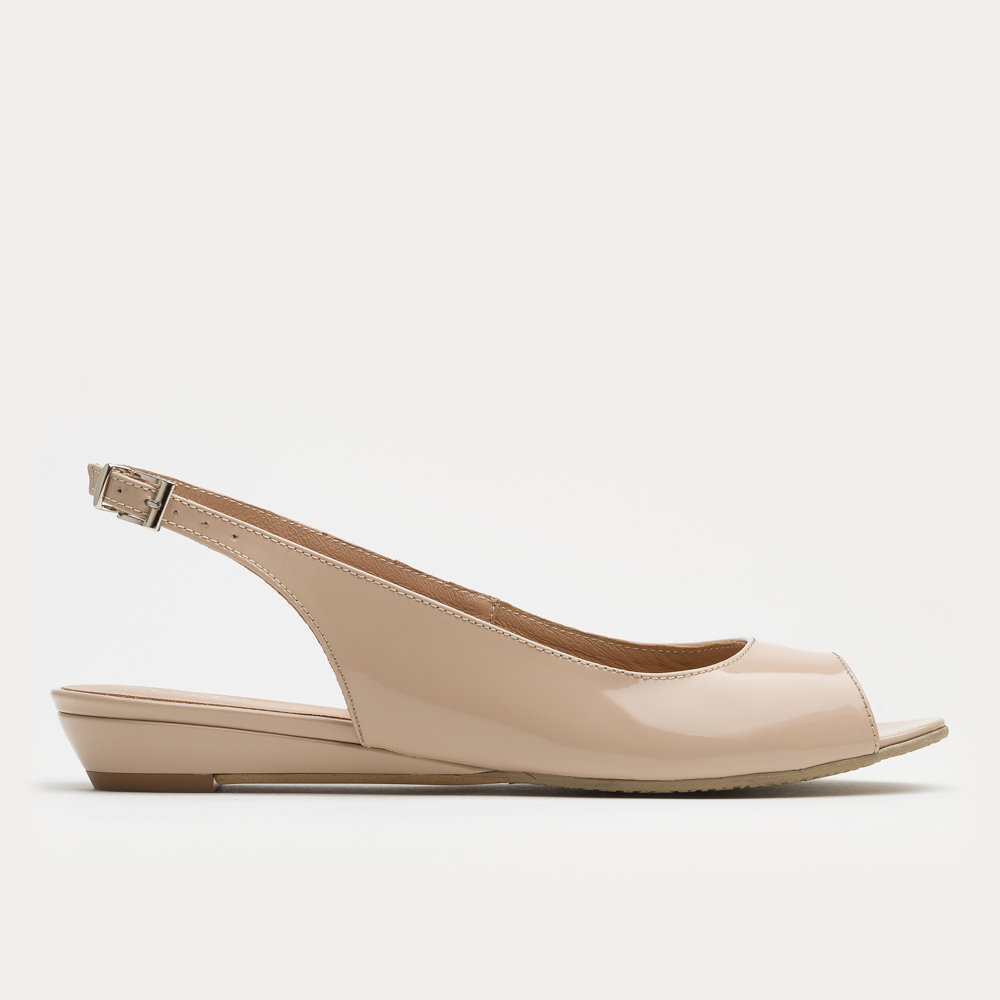 Beżowe sandały na klinie