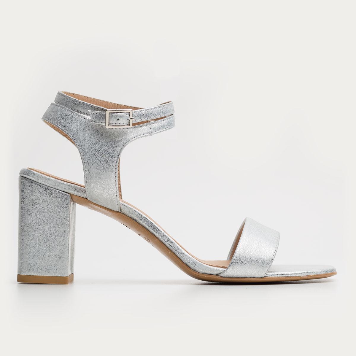 Srebrny sandał z paskami