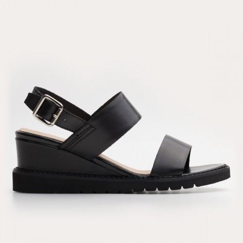 Czarne licowe sandały na koturnie