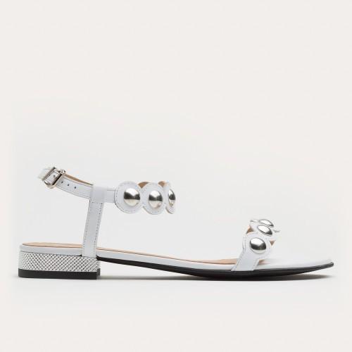 Białe sandały z ćwiekami