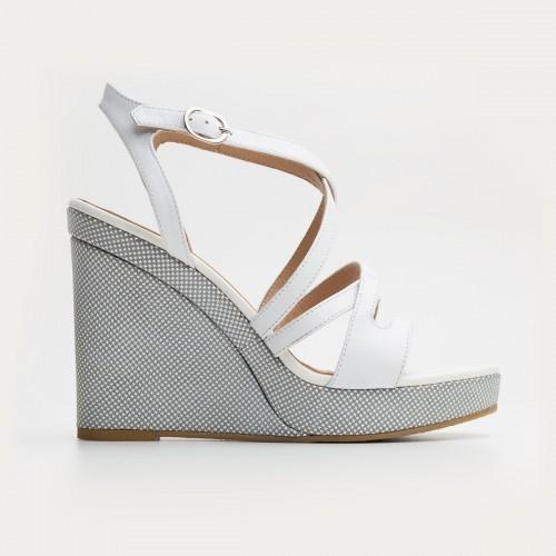Białe sandały na wysokiej koturnie