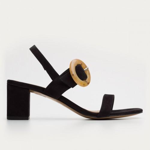 Czarny sandał z ozdobą