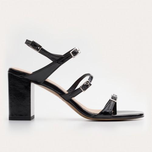 Czarny lakierowy sandał na obcasie