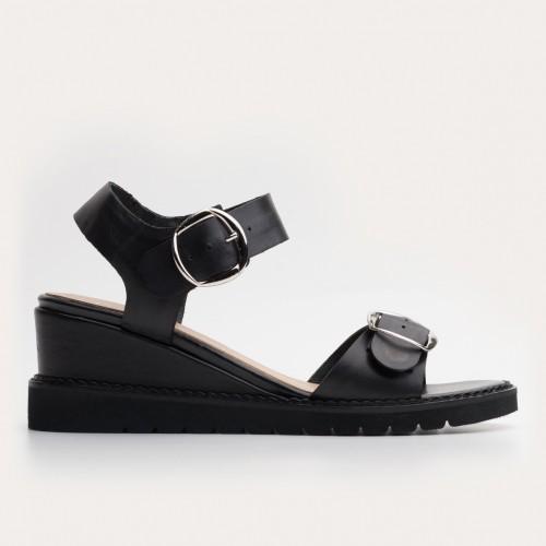 Czarne sandały koturnie z ozdobą